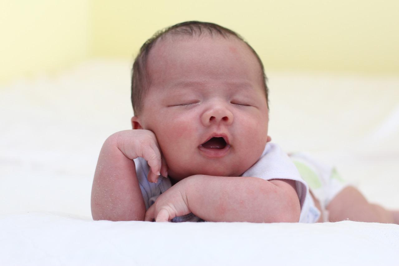 perkembangan bayi usia enam bulan